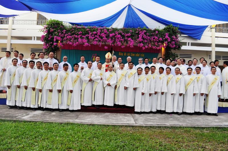 Giải đáp phụng vụ: Khi nào Phó tế phải mặc áo lễ Phó tế?